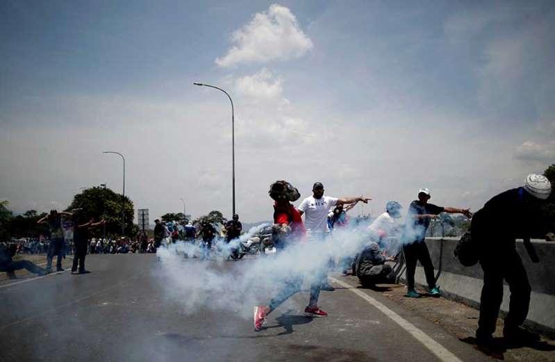 policia-venezolana-reprime-marchas-opositoras-en-caracas