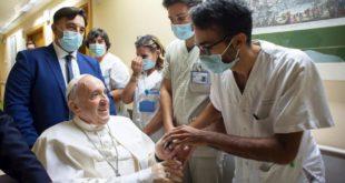 """El Papa sigue su rehabilitación y volverá al Vaticano """"lo antes posible"""""""