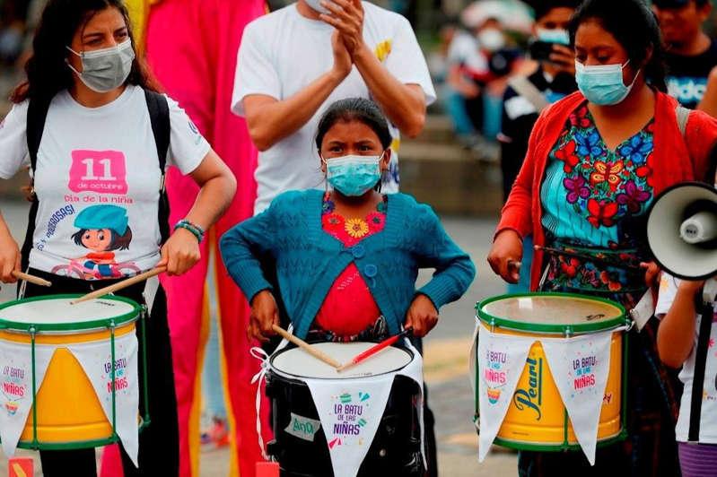 Decenas de niñas guatemaltecas salen a marchar contra la corrupción