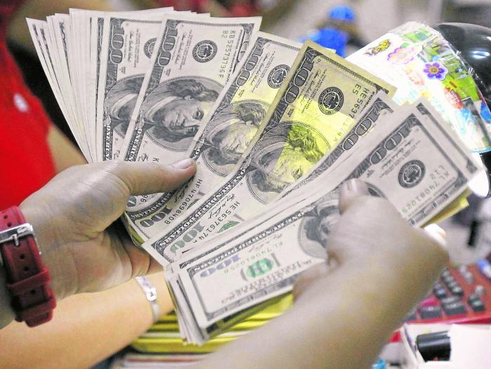 Dólar bajó y perdió parte de las ganancias de la semana